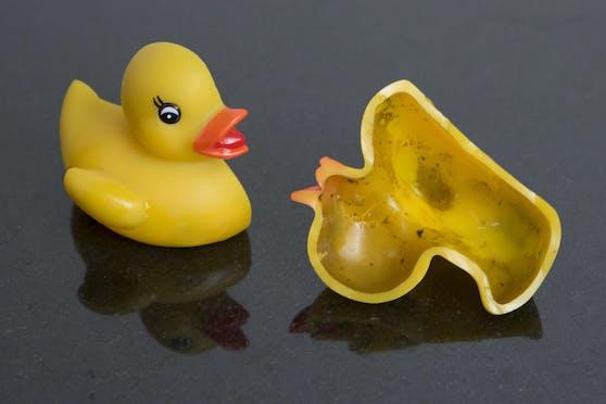 Der Schimmel in einer Badeente wäre einem Zweijährigen beinahe zum Verhängnis geworden.
