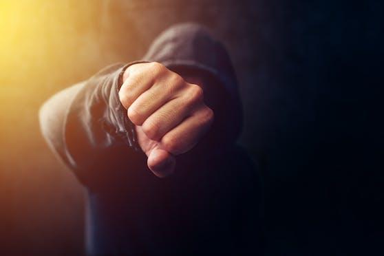 Ein 18-Jähriger schlug einem 22-Jährigen mehrmals ins Gesicht, bedrohte ihn mit dem Messer.