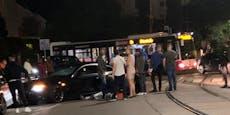 BMW-Lenker kracht in Autos und verletzt sich schwer