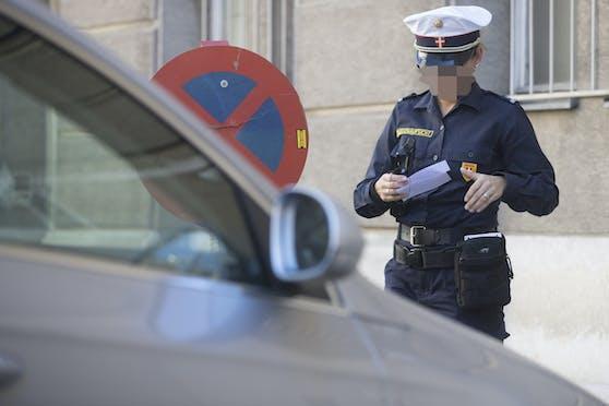 Ein Kontrollorgan der Wiener Parkraumüberwachung im Einsatz.