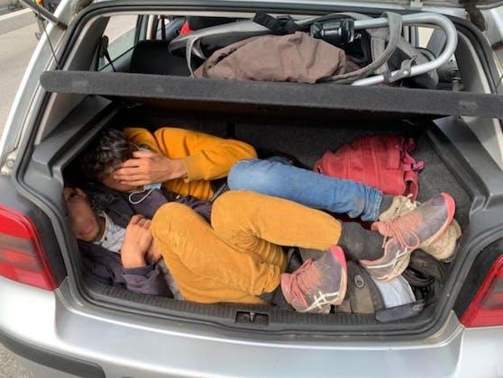 Zu elft im VW Golf, hier im Kofferraum versteckten sich zwei junge Afghanen