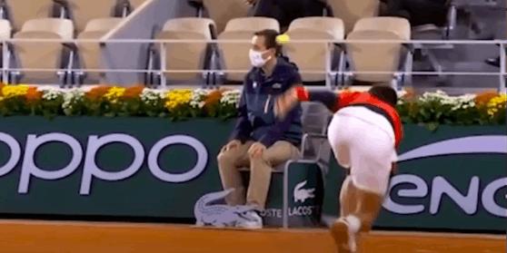 Beim Versuch einen Aufschlag zu retournieren trifft Djokovic unglücklich einen Linienrichter.