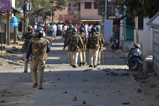 Indische Polizei im Einsatz nach Straßenkämpfen im Bundesstaat Madhya Pradesh. Symbolbild