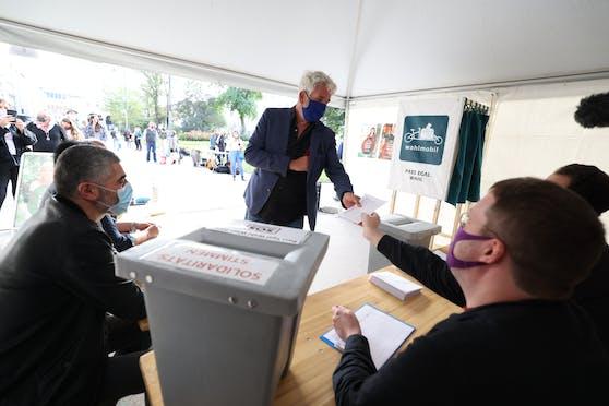 Dirk Stermann – Moderator, Autor und deutscher Staatsbürger – bei der Stimmabgabe