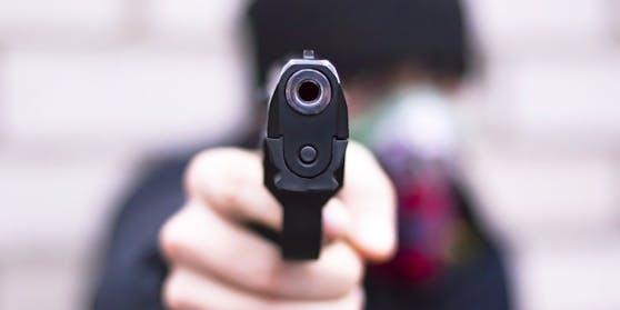 Ein Mann bedrohte drei Jugendliche mit einer Pistole. (Symbolbild)