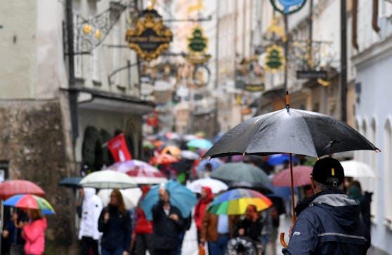 Bei Regenwetter drängen sich die die Besucher der Getreidegasse in Salzburg (Archivfoto).