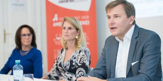 Erika Sander (ÖGGK) und Apotheker Berger