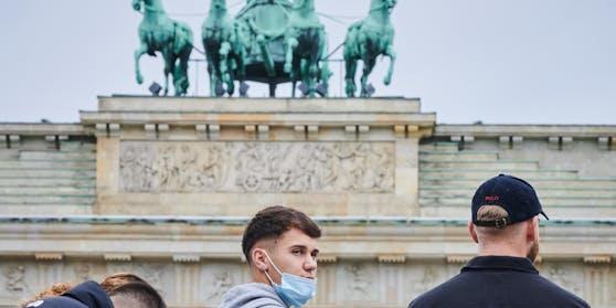 Jugendliche vor dem Brandenburger Tor: Berlin ist aktuell einer DER Corona-Hotspots Deutschlands.