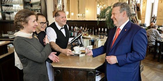 Bürgermeister Michael Ludwig im Café Ritter.