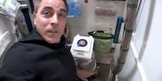 Astronaut zeigt, wie das Klo bei der ISS funktioniert