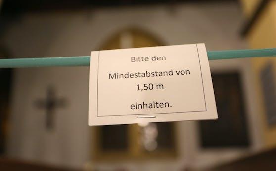 In Kirchen ist nun der Mindestabstand von eineinhalb Metern verpflichtend.