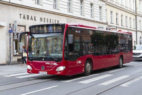 Der Bus überrollte den Fahrradfahrer. Symbolbild.