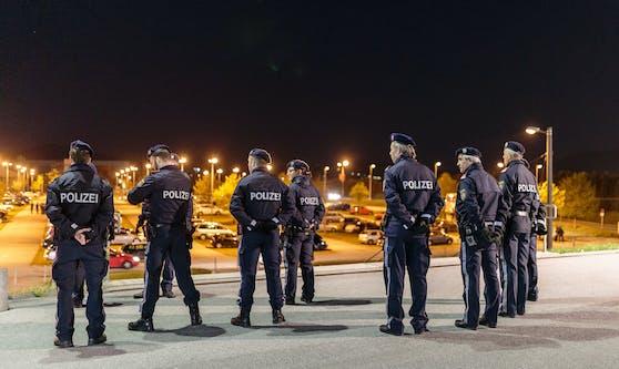 Die Wiener Polizei bei einer nächtlichen Kontrolle. Die FPÖ sieht eine Chaosnacht auf Wien zukommen.