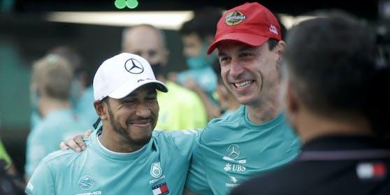 Toto Wolff (r.) mit Lauda-Kapperl und Lewis Hamilton