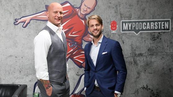 Ungefiltert, frisch und überraschend: Radio-Moderator Kevin Piticev (re.) und Carsten Jancker widmen sich in ihrem neuen Podcast dem Profi-Fußball.
