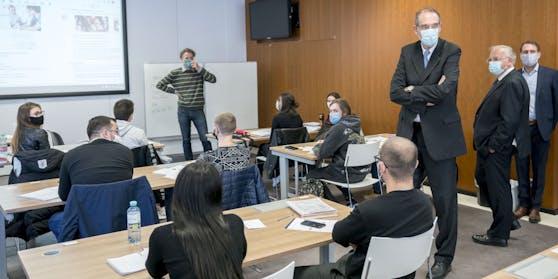 Bildungsminister Heinz Faßmann in einem Klassenzimmer.