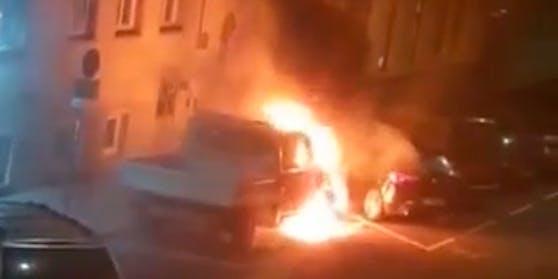 Kurz nach der Stör-Aktion ging der Lautsprecherwagen in Flammen auf.