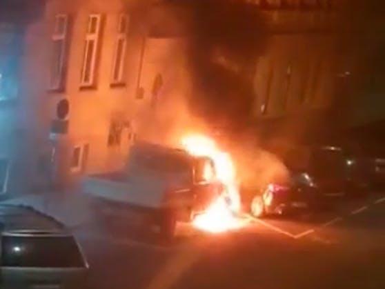 """Ein """"Heute""""-Leserreporter filmte, wie der Wagen lichterloh in Flammen stand"""