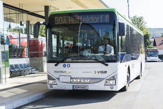 Ein Postbus der ÖBB mit Ziel Wien-Hütteldorf