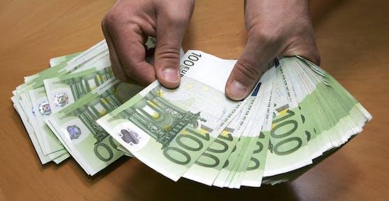 Ein Mann zählt Euro-Banknoten. Symbolbild