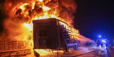 Lkw-Anhänger geht auf Westautobahn in Flammen auf