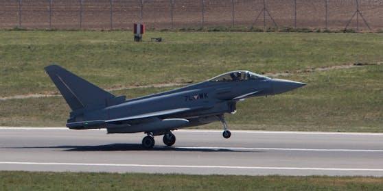 Ein Eurofighter hebt ab,