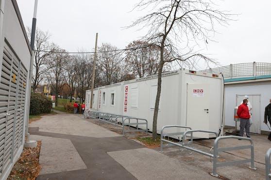"""In fünf Bezirken wurden die Corona-Checkboxen zu """"Mini-Impfstraßen"""" für Wiens niedergelassene Ärzte umfunktioniert."""