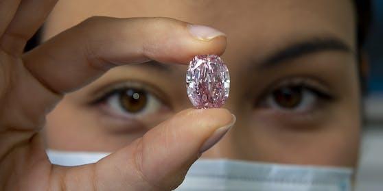 """Der seltene rosafarbene Diamant """"Geist der Rose"""" wurde in Genf versteigert."""