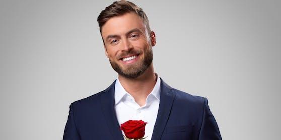 """Niko Griesert verteilt bei """"Der Bachelor"""" die Rosen."""