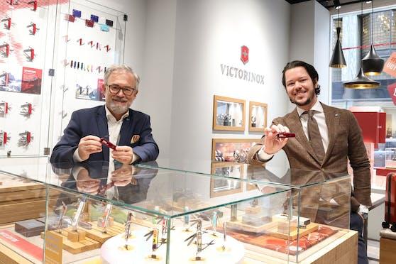 Franchise-Partner Martin Kowatsch (li.) und Shop-Chef David Scherzerim neuen Victorinox-Geschäft in der Wiener Herrengasse.