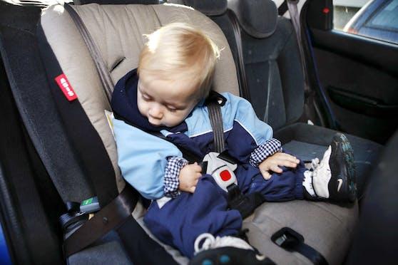 Der Kopf des Kindes sollte im Kindersitz niemals nach vorne fallen.