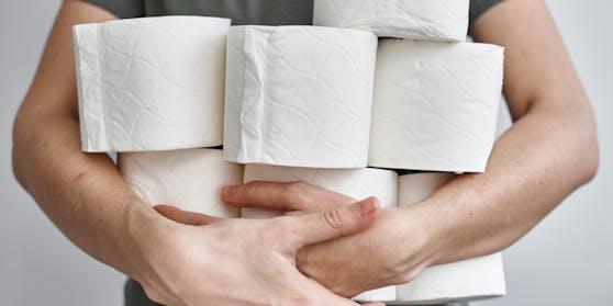 Ein erwachsener Mensch kommt mit einer Rolle Toilettenpapier locker drei Tage aus.