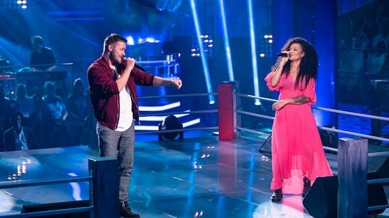 """Maciek (li.) singt mit Kandidatin Dimi den souligen Schmuse-Hit """"Mit Dir"""", sorgt damit aber nicht bei allen Coaches für einen Gänsehaut-Moment."""