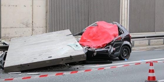 Die Betonplatte traf die vordere Seite des Autos.