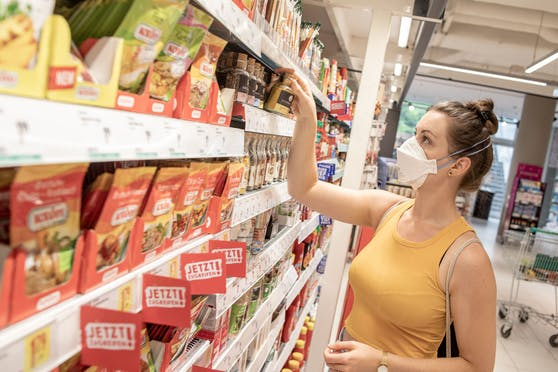 Im Supermarkt ist das Tragen eines Mund- Nasenschutzes wieder verpflichtend, um die Ausbreitung des Corona Virus einzudämmen.