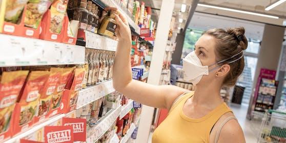 Im Supermarkt ist das Tragen eines Mund- Nasenschutzes wieder verpflichtend, um die Ausbreitung des Corona Virus einzudämmen