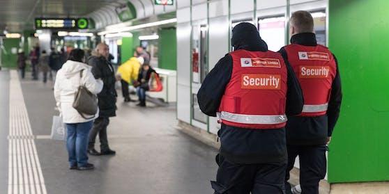 Zwei Angestellte des Sicherheitsdiensts der Wiener Linien.