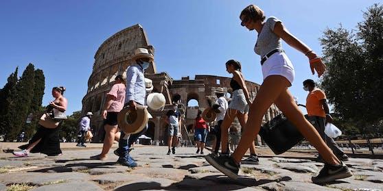 Bald ein Bild vergangenener Tage: Spaziergänger vor dem Colosseum in Rom