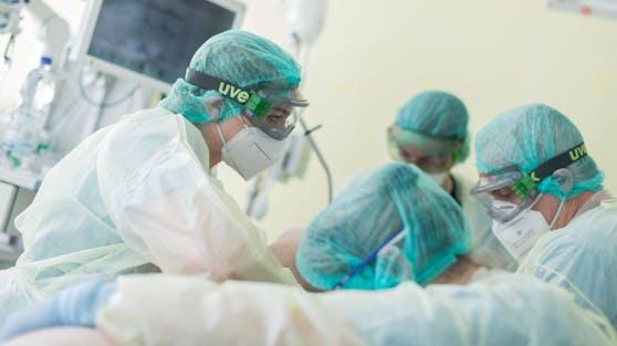 Die Lage in den Spitälern spitzt sich angesichts steigender Corona-Neuinfektionen zu.