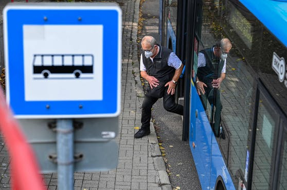 Ein Mann mit Schutzmaske steigt aus einem Bus. (Symbolbild)
