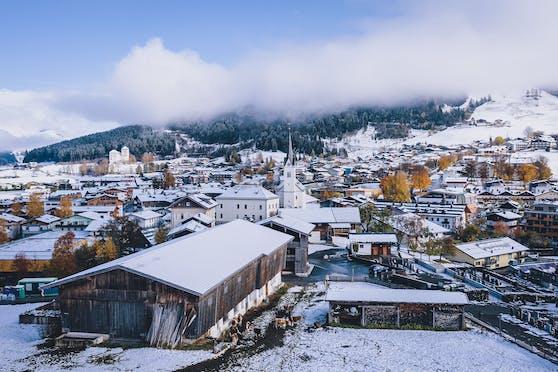 Ansicht des Pinzgauer Wintersportortes Kaprun mit der Kirche, aufgenommen am 27. Oktober 2020