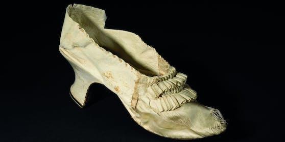 Der Schuh von der einstigen französischen Königin Marie Antoinette (1755-1793) ist unter den Hammer gekommen.