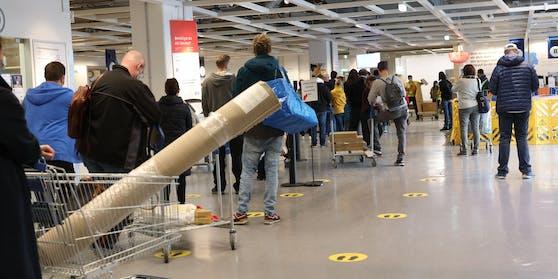 Warteschlange an der Kassa beim Ikea in der SCS...