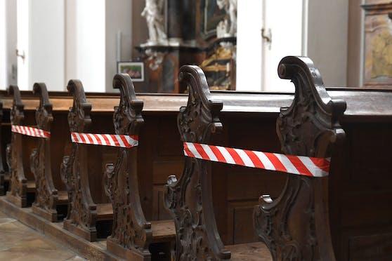 Absperrung für Kirchenbesucher wegen der Corona-Abstandsregel in der Stiftskirche Engelhartszell