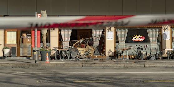 In Biel (CH) krachte eine Lenkerin in eine Pizzeria. Mehrere Fußgänger wurden verletzt.