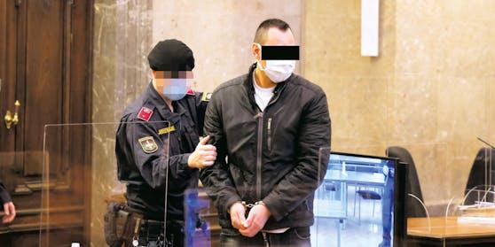 Der Angeklagte (r.) kam in Handschellen.