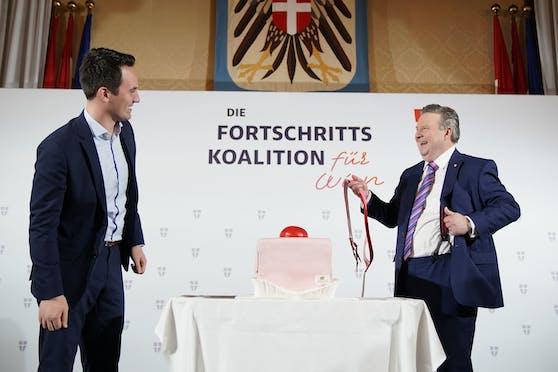 Bürgermeister Michael Ludwig (SPÖ) überraschte Bald-Vize-Bürgermeister Christoph Wiederkehr mit einem Riesen-Punschkrapfen. Der revanchierte sich mit rot-pinken Hosenträgern.