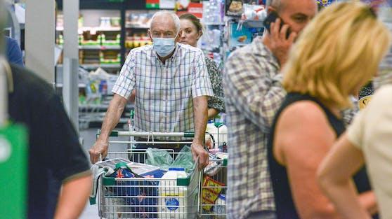 In Südaustralien erledigen die Menschen noch schnell ihre Einkäufe bevor der Lockdown greift.
