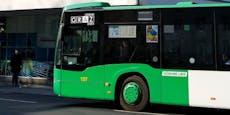Mann kippt bei Busfahrt plötzlich von Sitz und stirbt