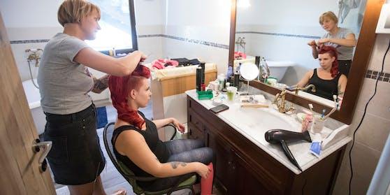 Aktion scharf: Ab sofort sind auch Hausbesuche von FriseurInnen nicht mehr erlaubt.